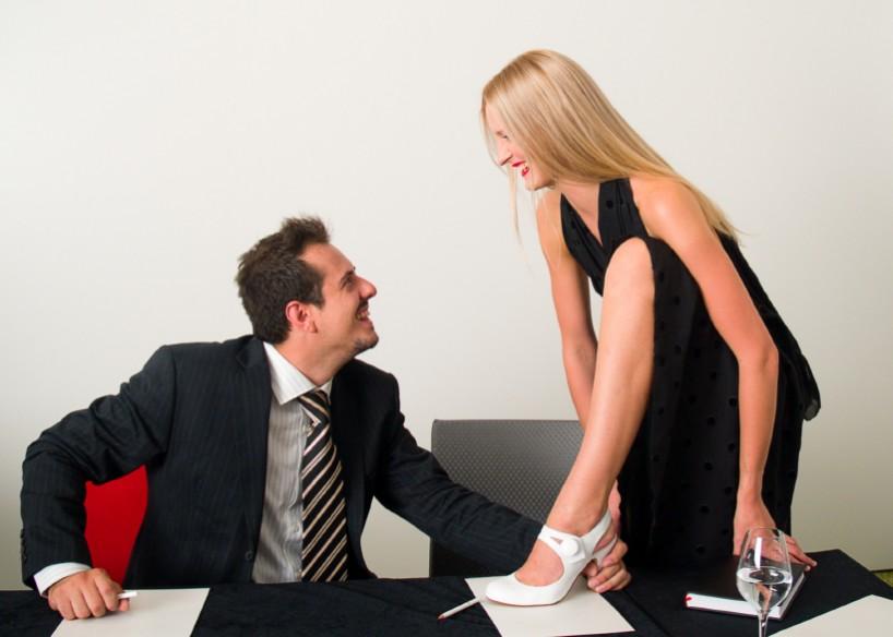 директор на работе принемает персонал женский и занимается сексом в