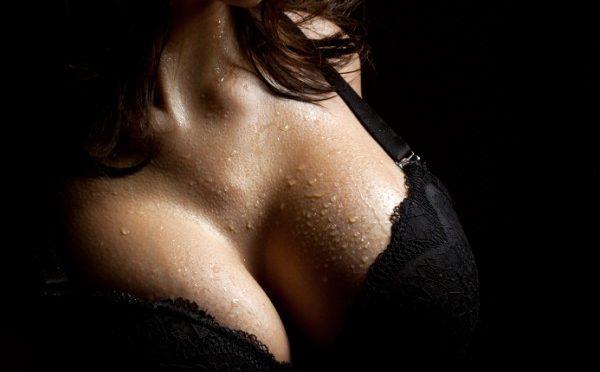 Sexy Girl Twerks Her Boobs (Video)